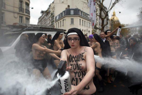 """Les Femen sont des """"victimes"""" selon Caroline Fourest, et sont """"touchantes"""" selon Anne Hidalgo..."""