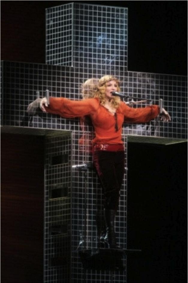 Madonna en concert sur sa croix disco