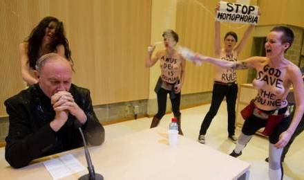 Agression de Mgr Léonard par les Femen à Bruxelles