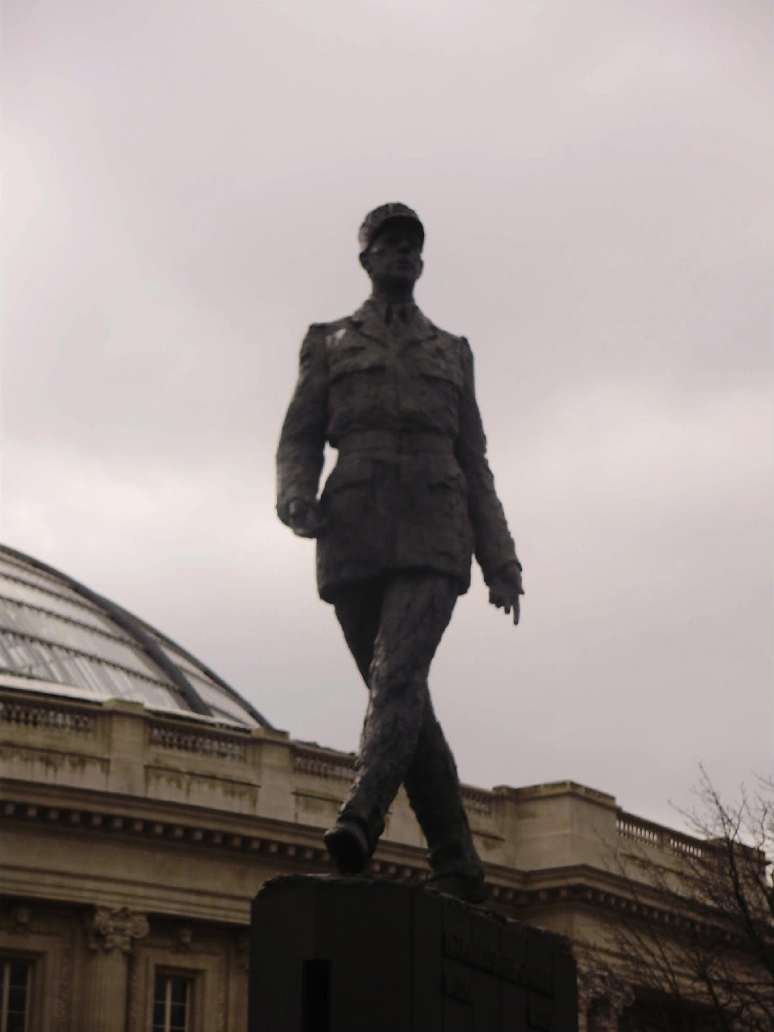 Charles de Gaulle (statue près des Champs-Élysée, à Paris)