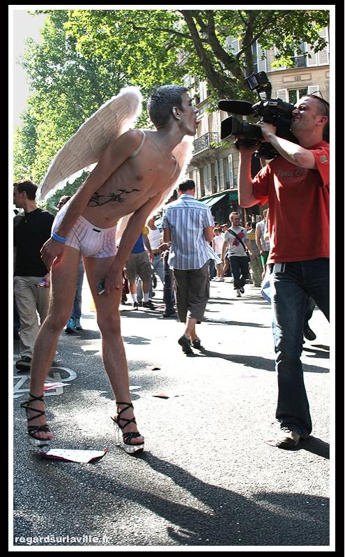 Un garçon à la Gay Pride