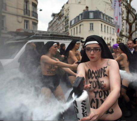 "les FEMEN ""anti-fascistes"""