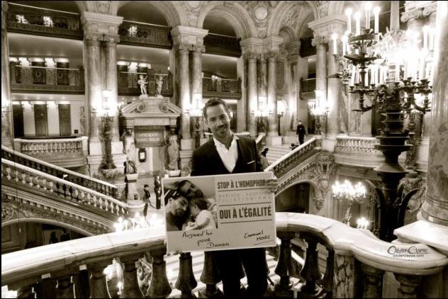 Le chanteur Emmanuel Moire pose un grand Acte de Solidarité contre l'homophobie (... dans son palais doré)