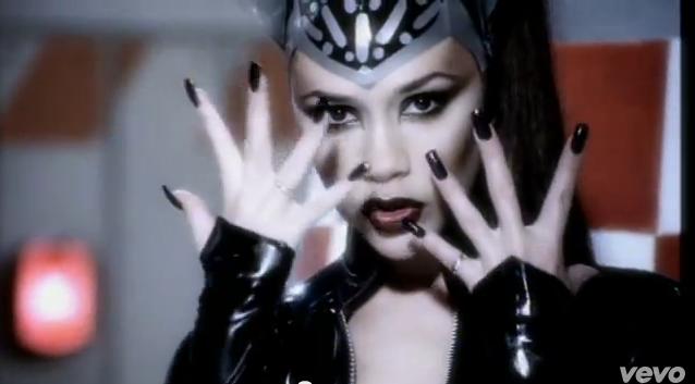 "Victoria Beckham dans le clip ""Too Much"" des Spice Girls"