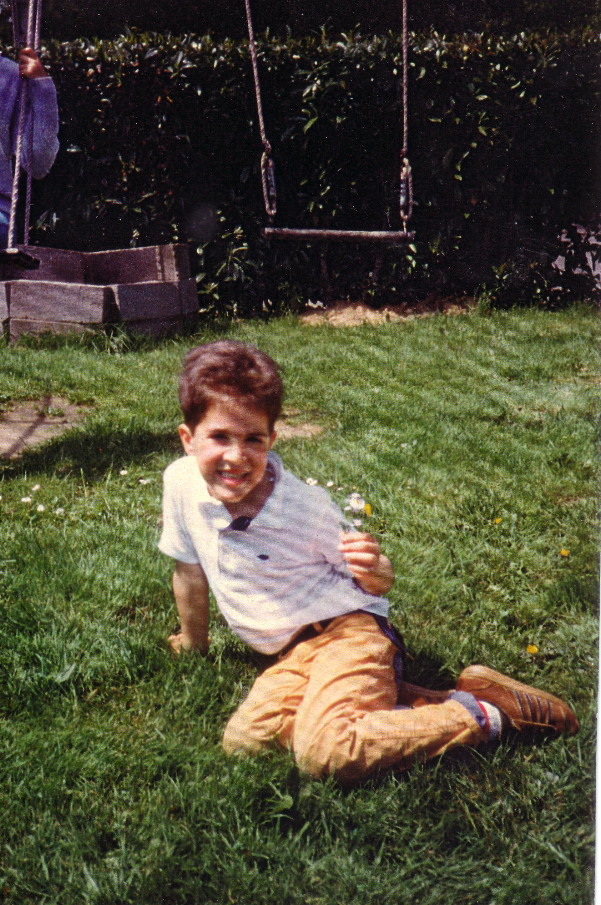 """""""Photo de la Honte"""" (moi à 7 ans, avec ma pâquerette)"""