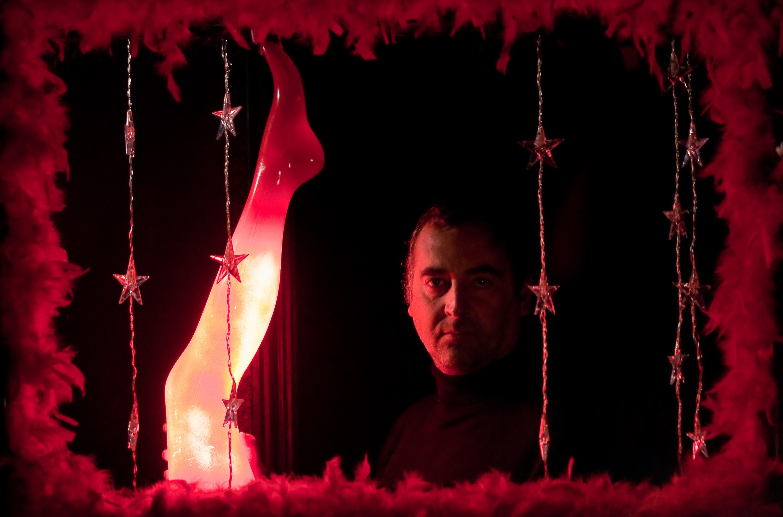 Javier de la Torre dans sa prison dorée, rouge et plumée