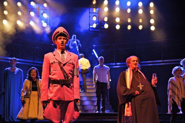 Opéra Dictators And Bishops