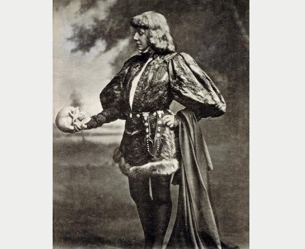 Hamlet (Sarah Bernhardt travesti en homme) face au crâne de son père