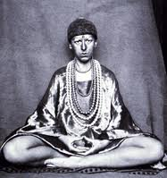 Claude Cahun en statue Bouddha