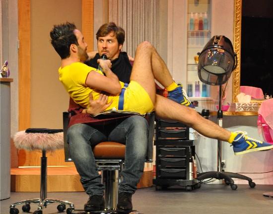 """Romain Carnard, le coiffeur de la pièce """"Dernier coup de ciseaux"""""""