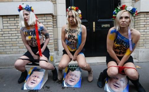 Photo des Femens pissant sur la photo du président Viktor Ianoukovitch, devant l'ambassade d'Ukraine à Paris, le 1er décembre 2013