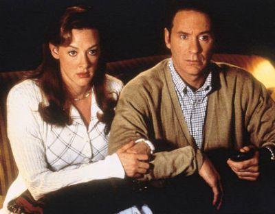 """Le couple de futurs mariés Emily et Howard, dans le film """"In & Out"""" de Frank Oz"""