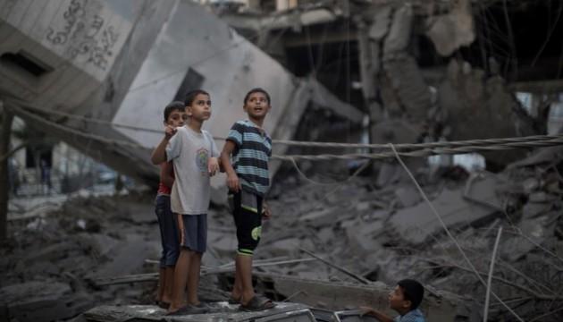 Jeunes Palestiniens après le bombardement de la Mosquée de Gaza le 30 juillet 2014