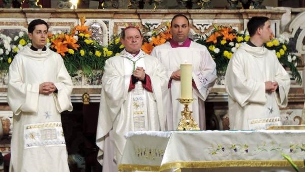 Pour moi, cette photo (réalisée sans montage ni trucage) exprime à elle seule ce qu'est le Clergé catholique, dans toute sa splendeur