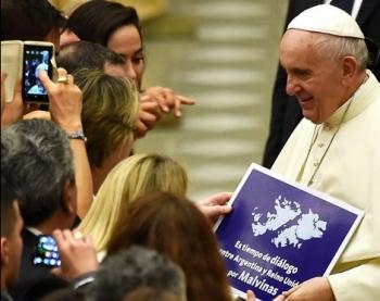 El Papa llevando involuntariamente un cartel que despierta el conflicto entre Argentina e Inglaterra (19 de agosto del 2015)